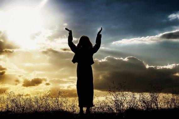 mujer alabando a Dios