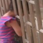 Rescatan niña atorada en ventana de rascacielos VIDEO