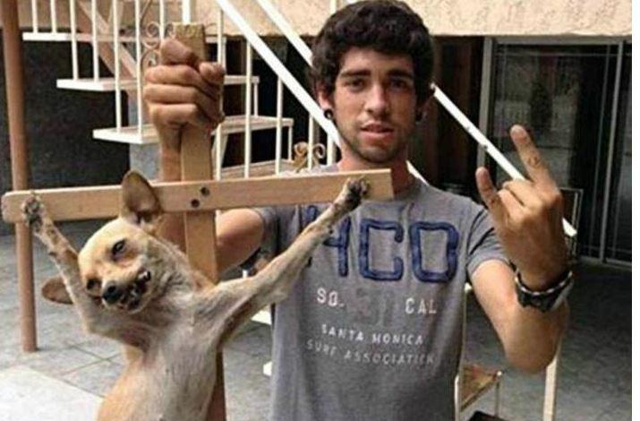 Joven crucifica a su perro