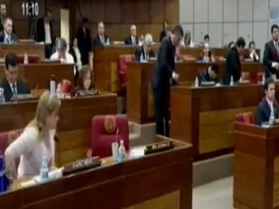 Nick Vujicic hace arrodillar a senadores en Paraguay para orar y pedir perdon