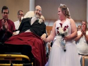 Padre con cancer terminal va en camilla a la boda de su hija
