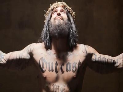 Polémica publicidad en vallas con un Jesús tatuado (VIDEO)