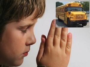 Despiden conductor de autobus escolar por orar con los alumnos