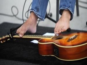 George Dennehy toca la guitarra con los pies 1