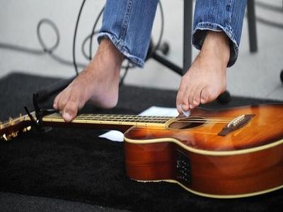 George Dennehy: Toca la guitarra con los pies