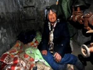 Hombre vive en una alcantarilla desde hace 20 años