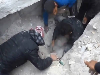 Rescatan niña de los escombros tras bombardeo en Siria