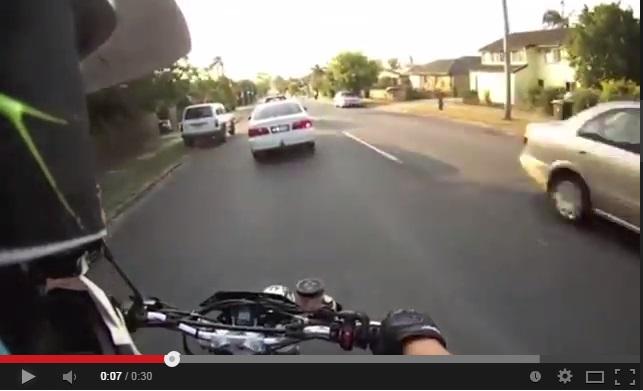 Motociclista Termina En El Techo De Un Carro!
