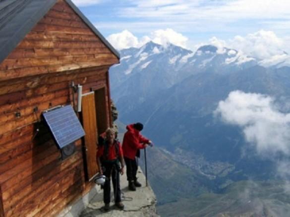 Alpinistas disfrutando de la vista montaña Matterhorn