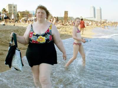 Burlandose de su obesidad en la playa