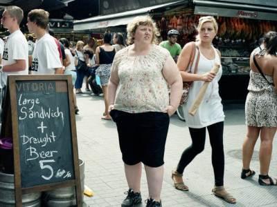 Burlandose de su obesidad en otra esquina