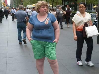 Burlandose de su obesidad en plena calle