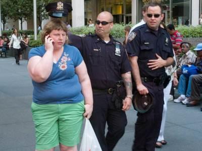 Burlandose de su obesidad hasta la policia