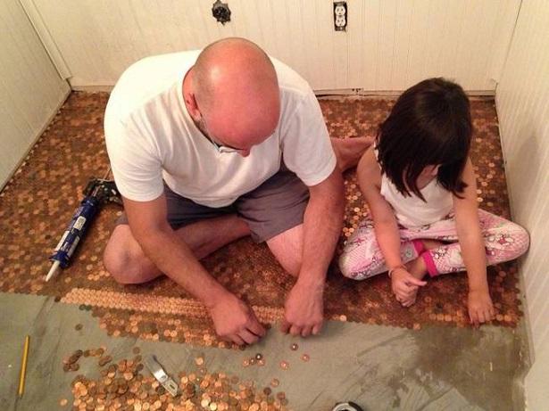 El señor de la casa junto con su nieta decorando