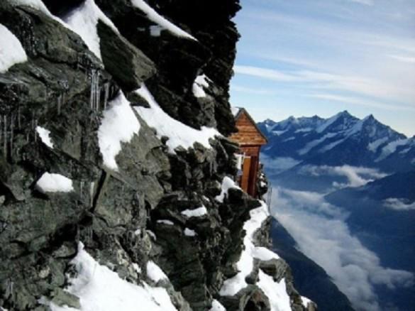 Justo en el acantilado esta el refugio montaña Matterhorn