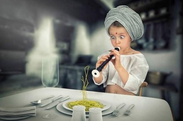 Niña Ignotisando a la pasta