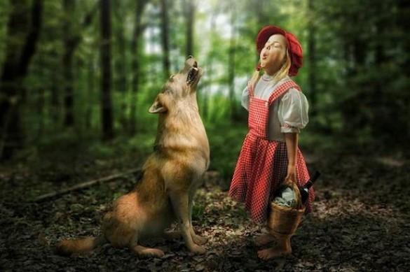 Niña aullando con lobo
