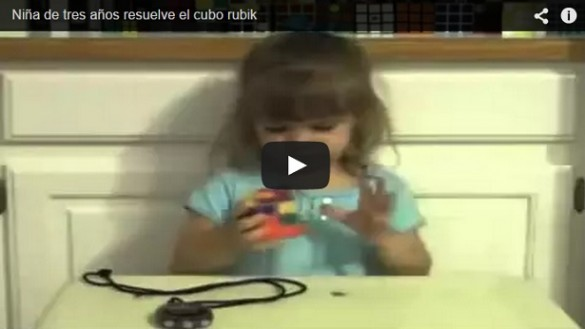 Niña de tres resuelve el cubo rubik en tres minutos
