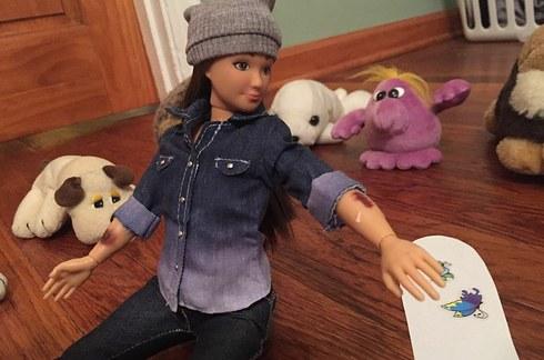 Lammily la nueva Barbie, con moretones