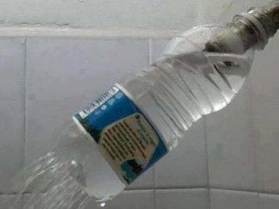 los problemas siempre tienen solucion, ducha con botella de agua
