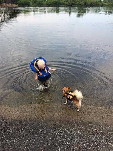011 Bebes y sus mascotas, en el lago