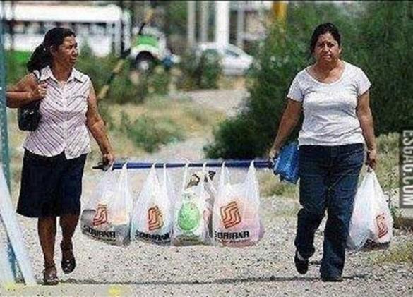 016 soluciones ingeniosas, cargando bolsas con escobas