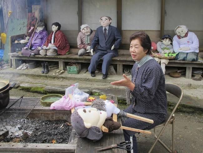 03 Ayano cosiendo espantapajaros