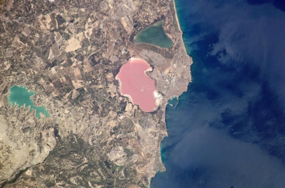 03 El lago rosa en Torrevieja, Alicante, España.