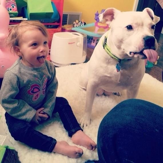 05 Bebes y sus mascotas, con la lengua afuera
