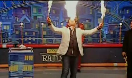 Presentador brasileño intenta hacer truco con fuego y todo le sale mal