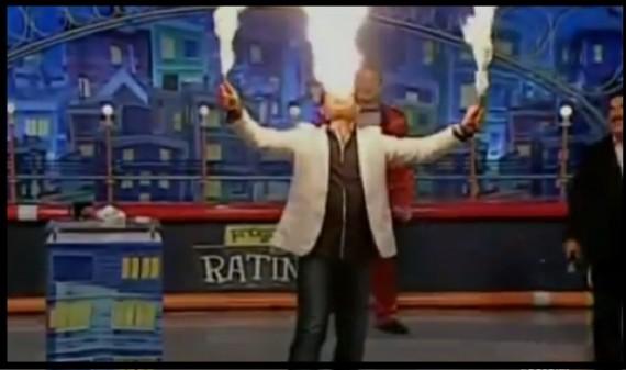Presentador trata de hacer un truco con fuego y todo le sale mal