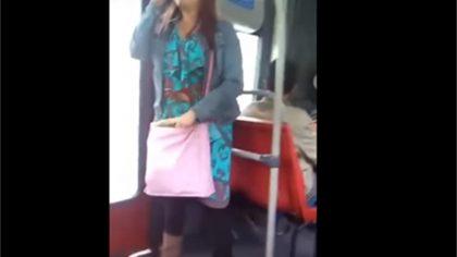 Joven Evangeliza Cantando En Medio De Transporte Público