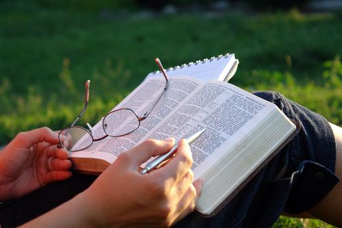 CORONEL SERBIO REPARTE BIBLIAS DEL NUEVO TESTAMENTO A SUS SOLDADOS