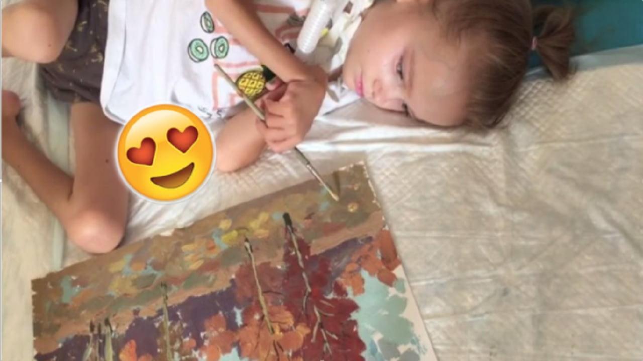 Viral: Niña con distrofia muscular hace asombrosas pinturas