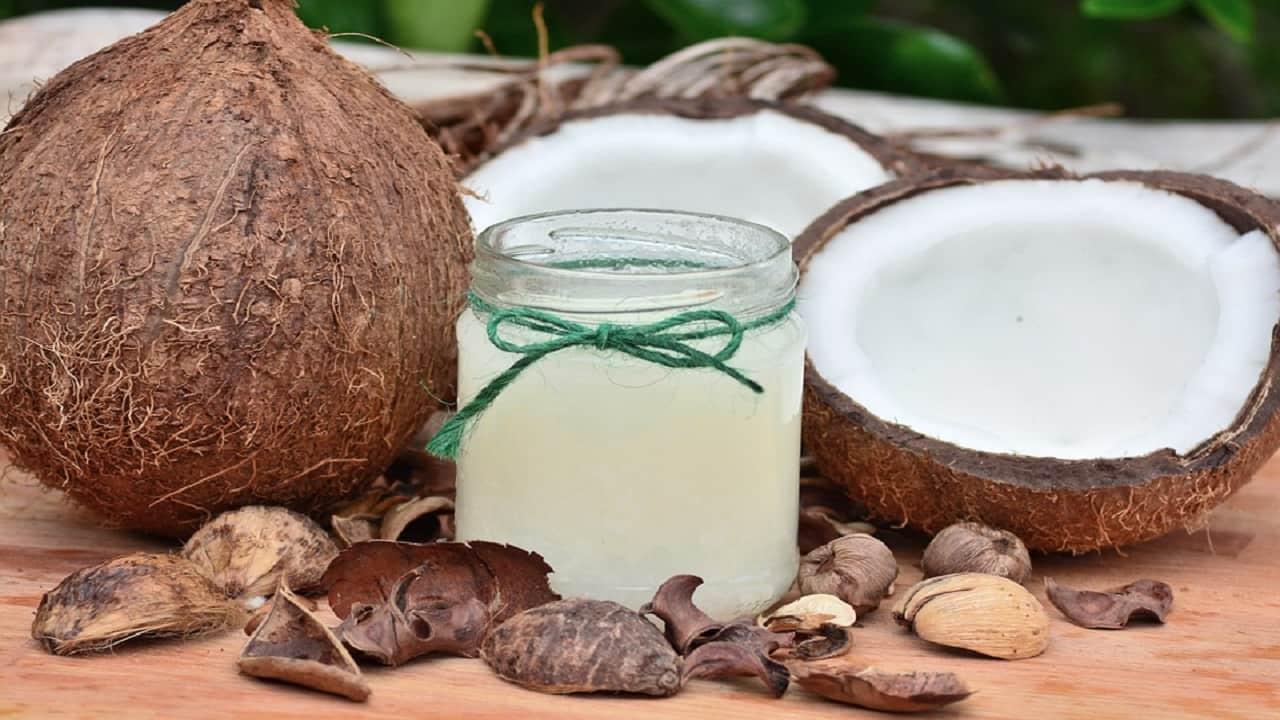 ¿Quieres hacer crecer el cabello? Usa este remedio casero de aceite de coco y aceite de romero.