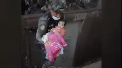 IMPACTANTE: El dramático momento en que una niña fue salvada por los rescatistas de su casa cubierta de cenizas (CAPTURADO EN VÍDEO).