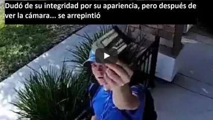 Dudaba de su integridad por su apariencia, pero después de ver la cámara… se arrepintió (VIDEO)