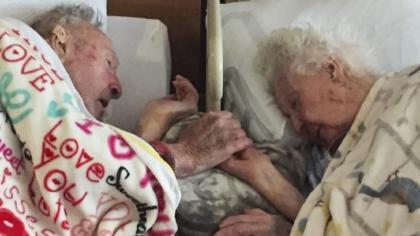 Luego de 77 años de casados, este hombre toma la mano de su esposa que estaba muriendo