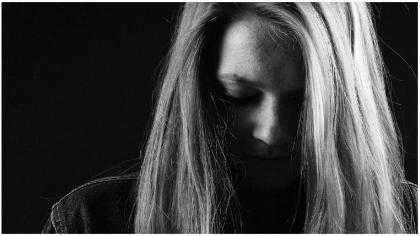 Una mujer pidió consejo sobre cómo lidiar con el dolor, la increíble respuesta de un anciano cautiva a todos.