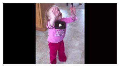 Niña de 2 años adora a Dios con mucha devoción