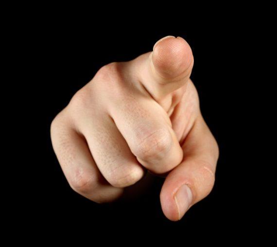 Burladores apuntando con el dedo